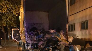 Un home se salva in extremis de morir aixafat dins d'un camió d'escombraries