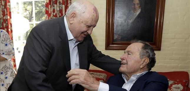 George Bush padre, hospitalizado por bronquitis