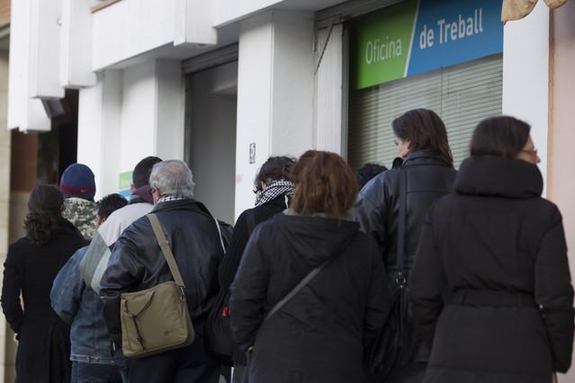 El paro sube en personas y supera los 4 7 millones for Oficina de empleo barcelona