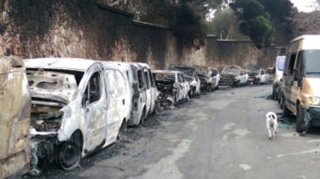 Tot apunta que el foc que va cremar 40 cotxes al parc Güell va ser accidental