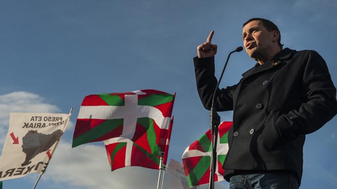 Arnaldo Otegi se dirige a las personas que se congregaron para recibirle a su salida de la cárcel de Logroño, el 1 de marzo.