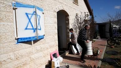 La familia Ben Shushan a la espera de ser desalojadosdel asentamiento israelí de Ofra, Cisjordania.
