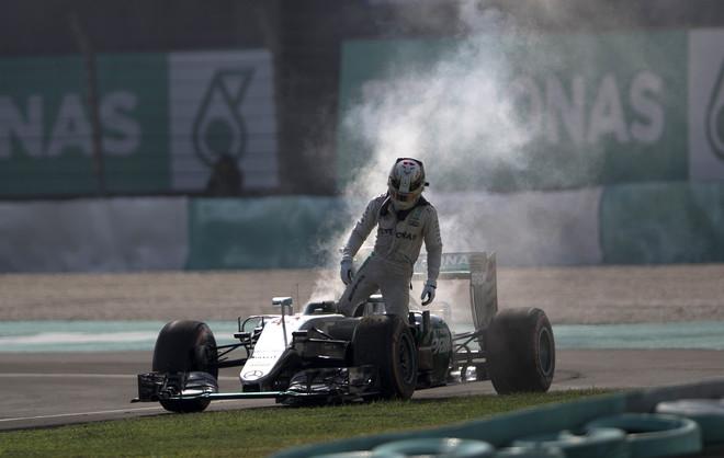 Hamilton sale de su Mercedes tras el fallo del veh�culo, durante el GP de Malasia.