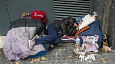 Una persona sin techo duerme en el barcelonés paseo de Sant Joan, justo por encima de la Diagonal.