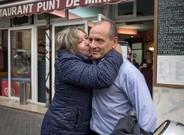 Teresa abraza y besa a Ra�l, uno de los salvadores de Vilassar de Mar.�