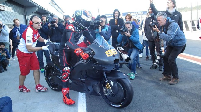 Jorge Lorenzo sale con su nueva Ducati ante una nube de fotógrafos.