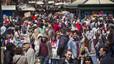 Las calles de Barcelona repletas de gente durante la Diada de Sant Jordi.