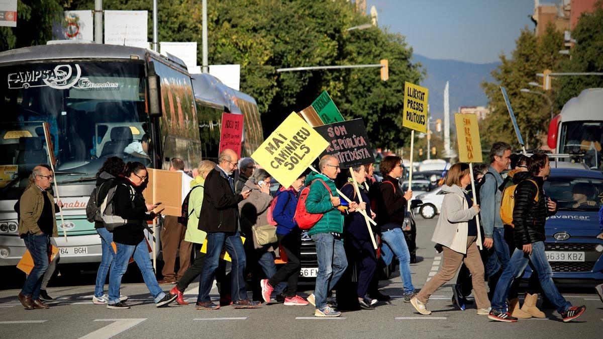 Llegan en autocar algunos participantes a la manifestación.