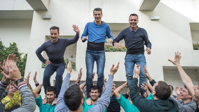 Los cocineros Eduard Xatruch, Mateu Casañas y Oriol Castro, a hombros de los Castellers de Vilafranca.