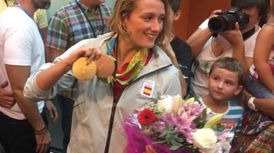 Mireia Belmonte mostrando la medalla de oro conseguida en la prueba de 200 metros mariposa y la medalla de bronce de los 400 metros estilos.