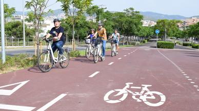 Viladecans completa el carril bici que une el centro de la ciudad con la playa