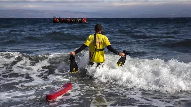 Los socorristas catalanes que trabajan en Lesbos apoyan un registro de oenegés
