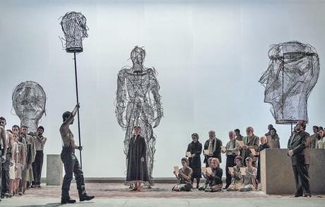 La soprano Martina Serafin (Abigaille), al fondo en el centro, en una escena de esta moderna producci�n de 'Nabucco', famosa �pera de Verdi.