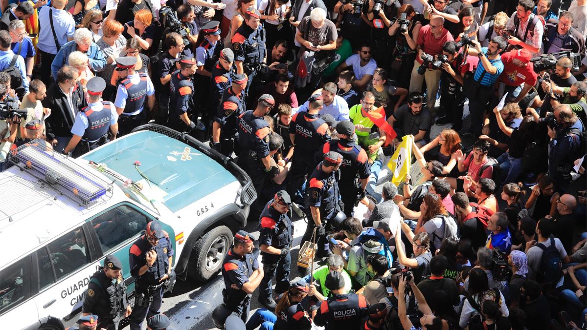 Tensió entre forces de seguretat i manifestants en un registre pel referèndum