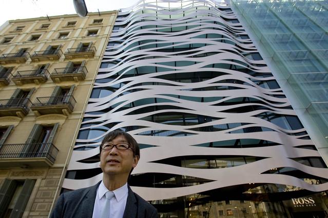 el arquitecto frente a la fachada del hotel suites avenue cuyo diseo muestra influencia