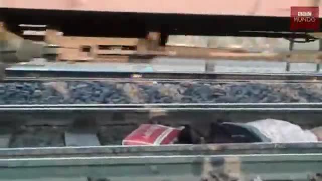 Surt il·lesa després que un tren li passi per sobre