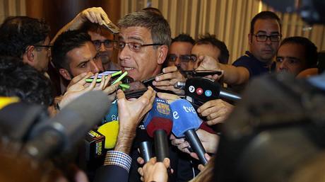 El vicepresidente tercero del Bar�a, Jordi Mestre, atiende a los medios a la llegada de la expedici�n azulgrana a Minks