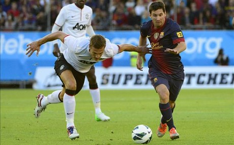 Messi supera a Vidic.