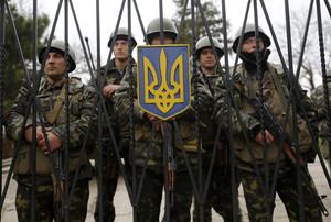 Soldados ucranianos hacen guardia en la entrada de la base de infantería de Pereválnoye, en Crimea.