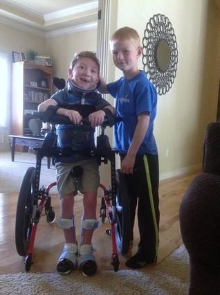 Noah con su hermano Lucas.