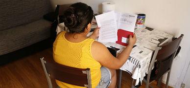 Una mujer a la que C�ritas ayuda a pagar los recibos de agua y luz.