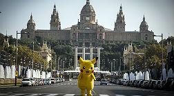 Un Pikachu, frente al recinto de Montju�c donde se prepara el Sal�n del C�mic, este mi�rcoles.