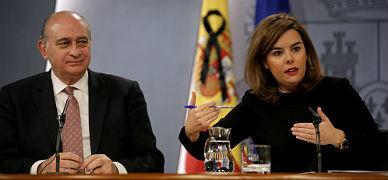 La vicepresidenta Soraya S�enz de Santamar�a y el ministro Jorge Fern�ndez D�az, en la rueda de prensa posterior al Consejo de Ministros, este viernes.