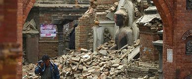Un hombre sale entre l�grimas de un templo en ruinas de Bhaktapur.