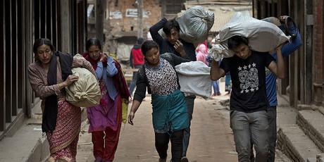Ciudadanos de Bhaktapur, en Nepal, acarreando sus enseres.