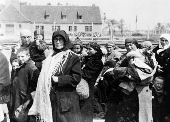 Dones i nens esperen davant <br/>el crematori de Birkenau, <br/>abans dentrar a la cambra <br/>de gas, el maig de 1944.