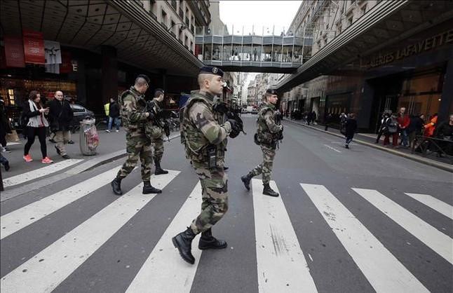 Soldados franceses patrullan por las calles de París.