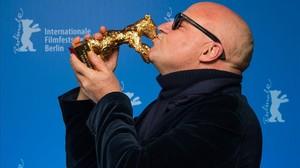 jgarcia32874800 italian director gianfranco rosi kisses his golden160220204010