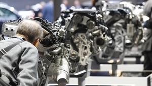 Un visitante observa una muestra de motores de BMW en el Salón del Automóvil de Fráncfort.