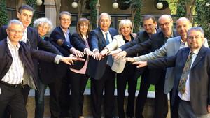 El rector Roberto Fernández, en el centro, con su equipo de gobierno