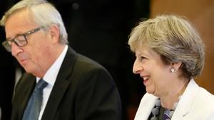 El presidente de la Comisión Europea, Jean-Claude Juncker (izq), y la premier británica, Theresa May, en la última cumbre europea, en Bruselas, el 20 de octubre.