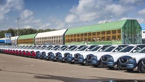 Los coches de Mazda tras ser descargados del Transiberiano.