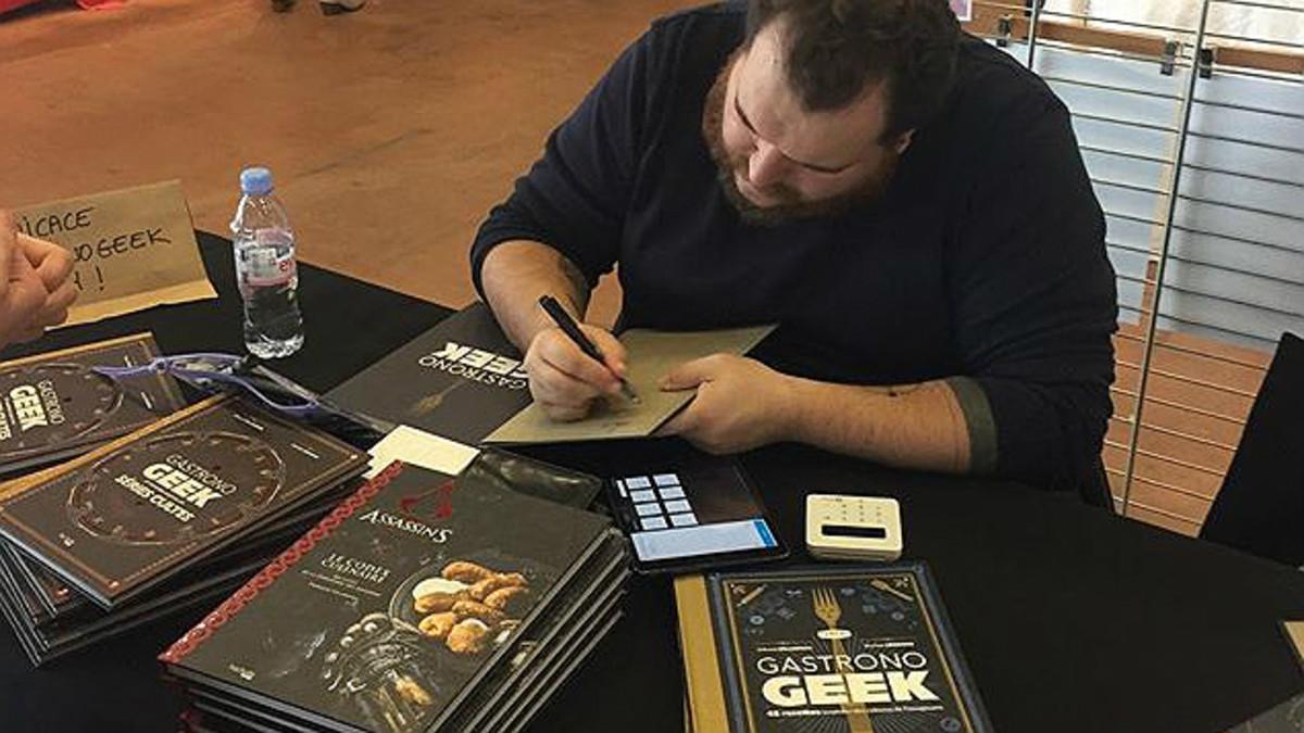 Thibaud Villanova firma ejemplares de sus recetarios en Nantes (Francia), el pasado noviembre.