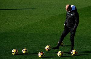 Zinedine Zidane, durante el entrenamiento de este viernes en la ciudad deportiva de Valdebebas