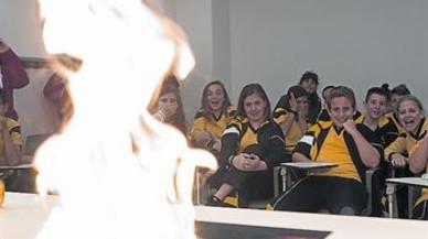 Alumnos del colegio Immaculada Concepció, en el aula de los bomberos.