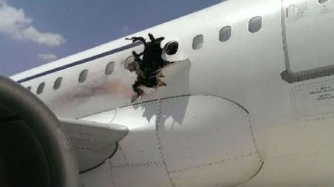 Se abre un agujero en un vuelo de Daallo Airlines sobre Somalia y muere un pasajero.