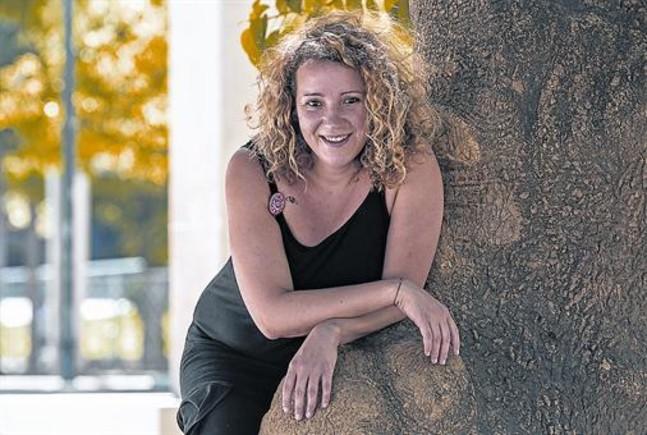 La dramaturga Lali Álvarez, en el Parc de Sant Martí, junto al árbol que en su infancia tantas veces había trepado.
