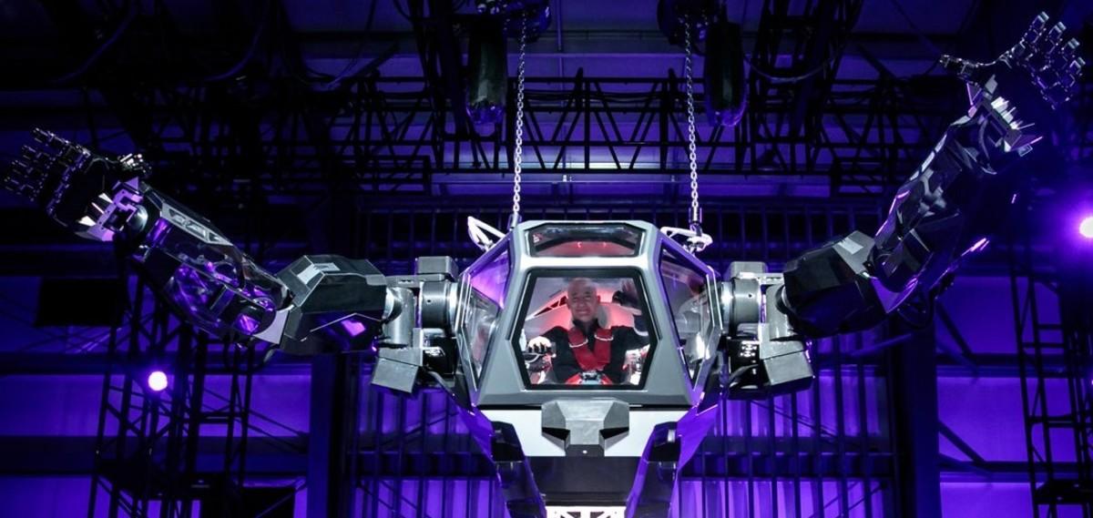 El dueño de Amazon pilota un robot parecido a Mazinger Z