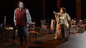 El tenor italiano Marco Berti (Manrico) en una escena con la mezzo Marianne Cornetti (Azucena), en 'Il trovatore', de Verdi.