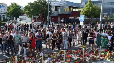 Homenaje a las v�ctimas de la matanza de M�nich, frente al McDonald's donde tuvo lugar el ataque.