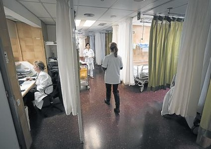 Varias enfermeras, en el servicio de urgencias del Clínic de Barcelona.