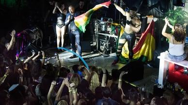 Diego R�os y sus bailarines ondean una bandera boliviana.