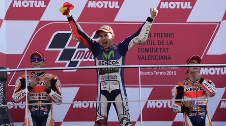 Jorge Lorenzo, entre Marc M�rquez y Dani Pedrosa, en el podio de Cheste tras disputarse el GP de Valencia