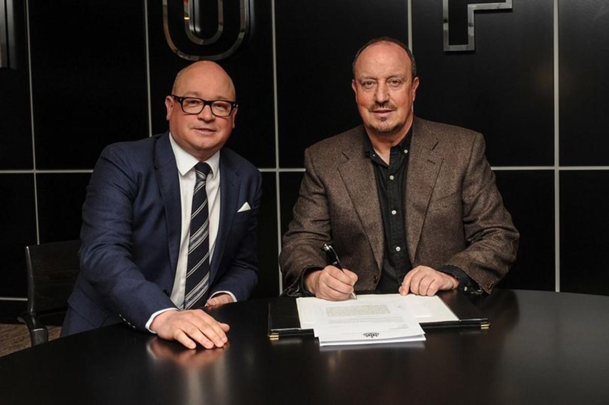 Lee Charnley y Rafa Benítez en la firma del contrato del entrenador español.