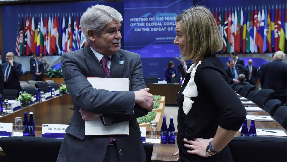 El Ministro de Asuntos Exteriores español, Alfonso María Dastis, conversa con la alta representante de la Unión Europea para la Política Exterior, Federica Mogherini, el pasado 22 de marzo