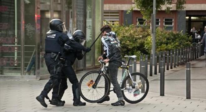 La fiscalía pide tres años de cárcel para un mosso por golpear a un joven en Can Vies